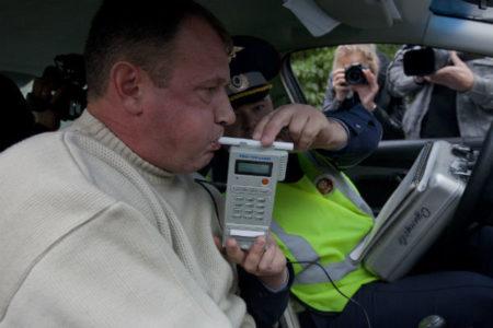 сотрудники ГИБДД проверяют на алкотестере количество промилле
